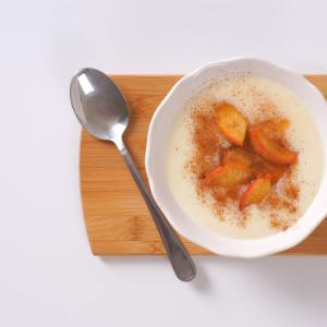 Rice pudding with apple, cinnamon and pistachio nuts: